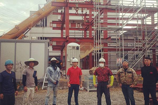 建設中の建物と職人さん